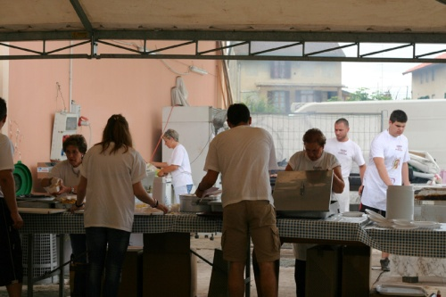 Kitchen-crew-at-onion-sagra