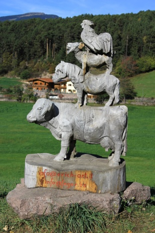 Farm animal sculpture in Castelrotto